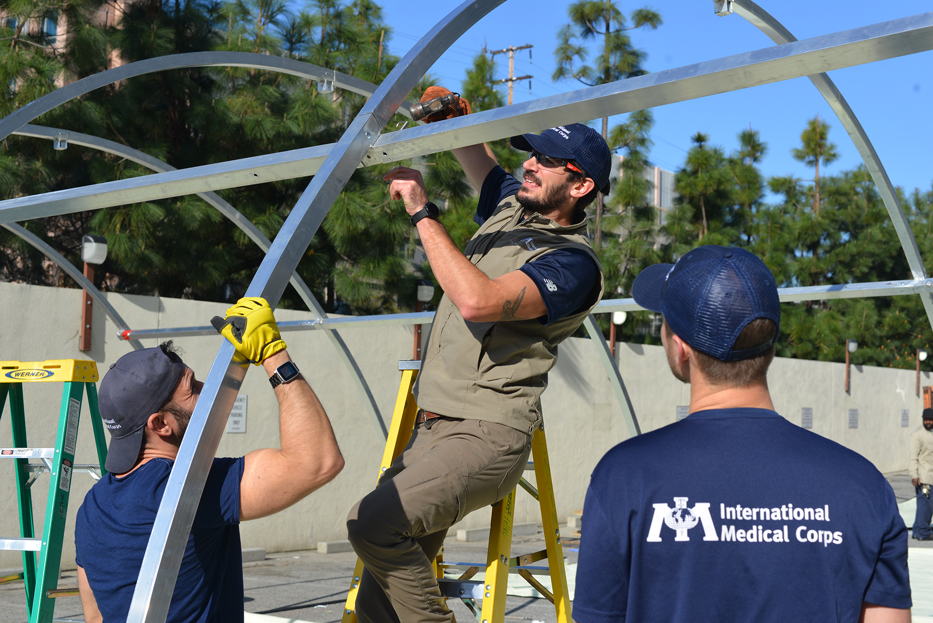 International Medical Corps staff members set up emergency shelters at the Los Angeles County (LAC) + University of Southern California (USC) Medical Center in Los Angeles, CA.
